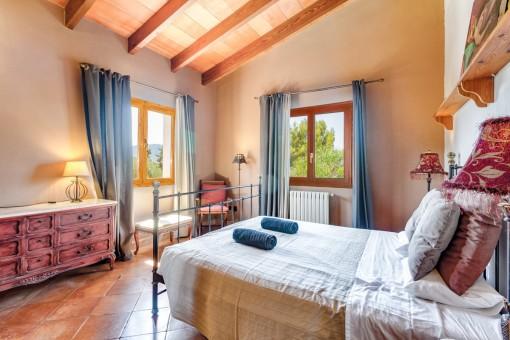 Helles und gemütliches Schlafzimmer mit Doppelbett
