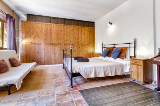 Freundliches Schlafzimmer mit großem Einbauschrank