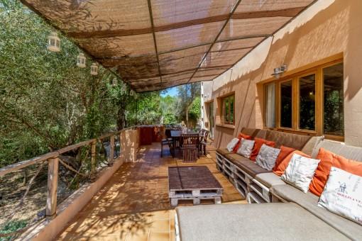Große Terrasse mit gemütlicher Lounge