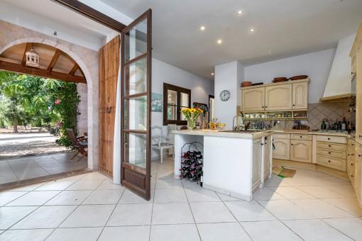 Ansicht der voll ausgestatteten Küche