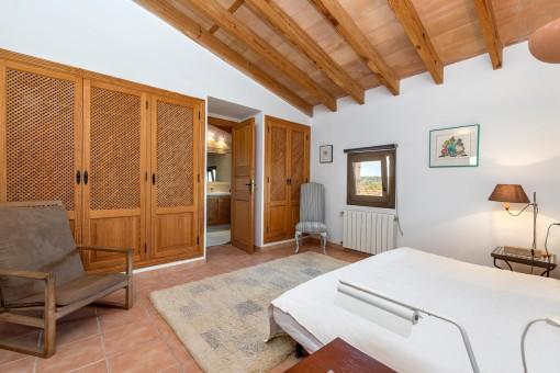 Einlandendes Schlafzimmer mit Einbauschrank