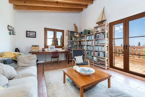 Entspannungs- und Bürobereich mit separatem Balkonzugang