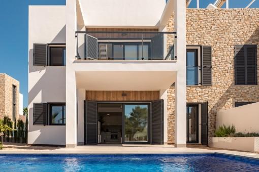 Blick vom Pool auf die zwei Apartments