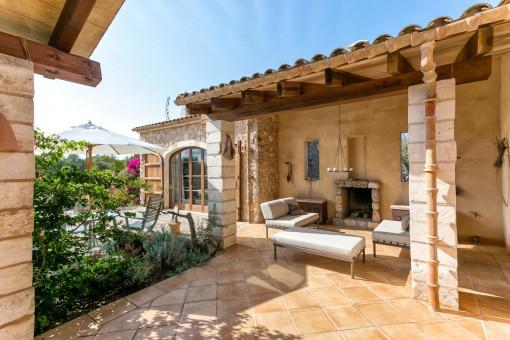 Terrasse mit Kamin für gemütliche Sommerabende