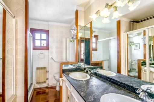 Eines von insgesamt 6 Badezimmern