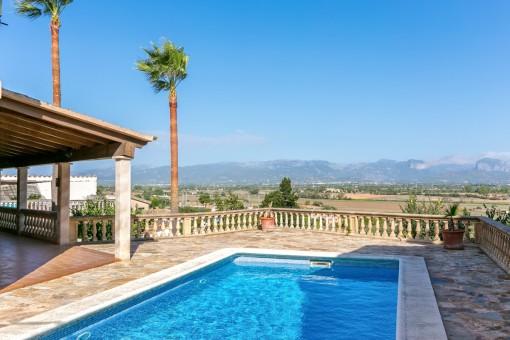 Steinvilla in Santa Eugenia mit Terrasse und Pool, umrahmt von einem herrlichen Bergpanorama
