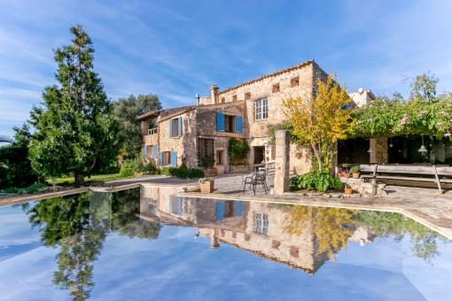 Renoviertes, altes Herrenhaus mit Pool zwischen...