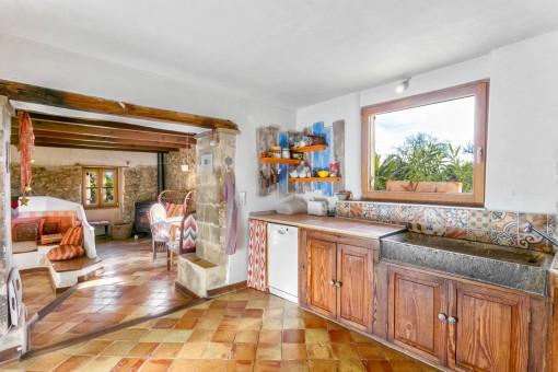 Rustikale Küche neben dem Wohnbereich
