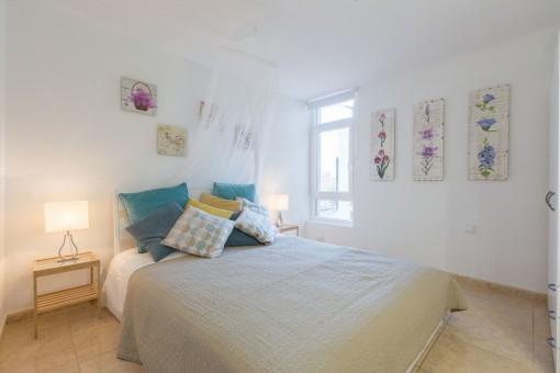 Geräumiges Schlafzimmer mit Doppelbett