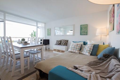 Im Wohnbereich befindet sich ein ausziehbares Sofa