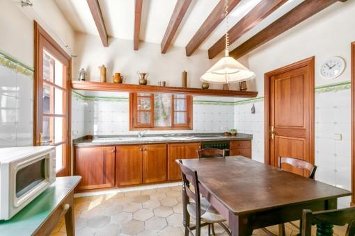 Rustikale Küche mit Zugang zum Patio