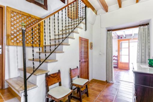Treppenaufgang neben dem Eingang