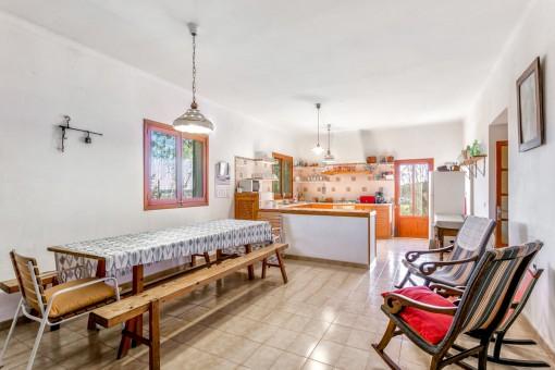Großzügiger Essbereich und Küche