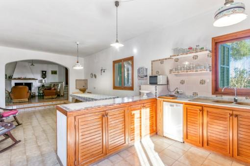 Die helle Küche ist voll ausgestattet