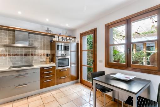 Moderne Küche mit Zugang zum Patio