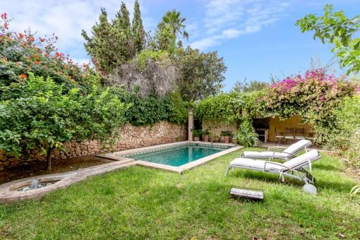 Wundervoller, grüner Garten mit Pool