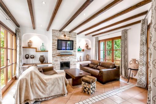 Schöner Wohnbereich mit Kamin