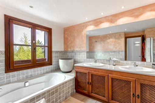 Freundliches Badezimmer mit Tageslicht