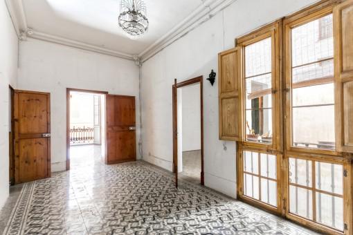Gut erhaltene antike Türen und Rahmen