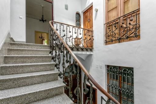 Rustikales Treppenhaus zum Apartment