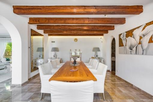 Eleganter Essbereich mit Holzdeckenbalken