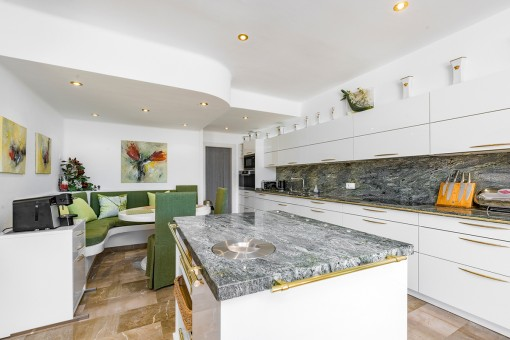 Voll ausgestattete Küche mit Kochinsel und Arbeitsplatte aus Marmor