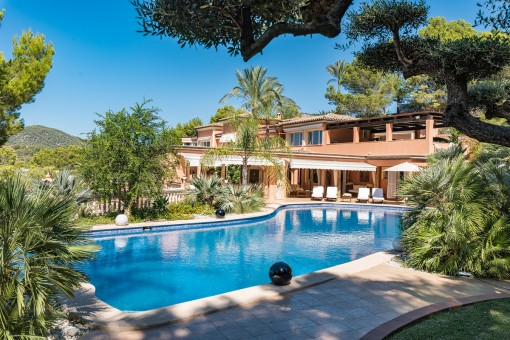 Großer Pool und Gartenbereich