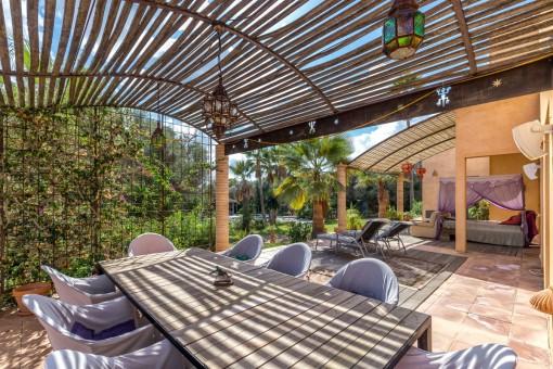 Schöne Terrasse mit Essbereich