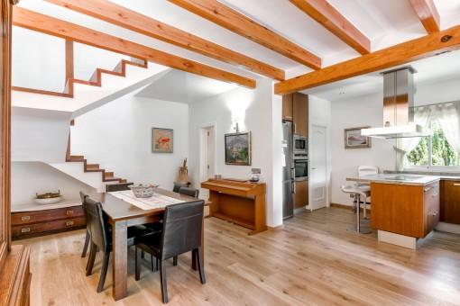Essbereich mit Klavier und offenem Zugang zur Küche