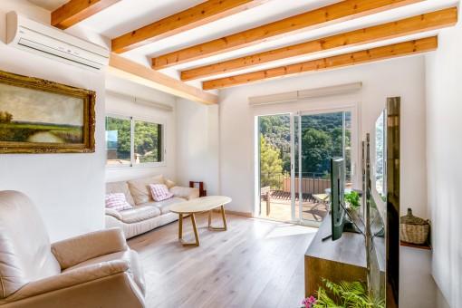 Heller Wohnbereich mit Zugang zum Balkon