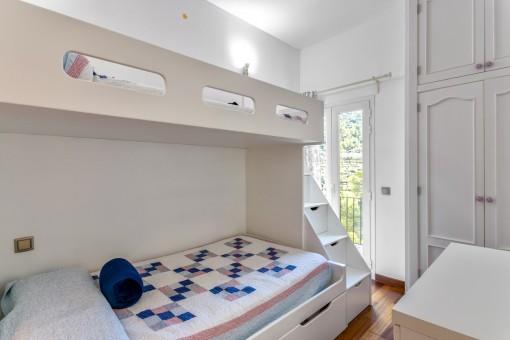 Bezauberndes Doppelschlafzimmer mit Balkontür