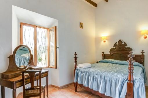 Rustikales Schlafzimmer mit Doppelbett