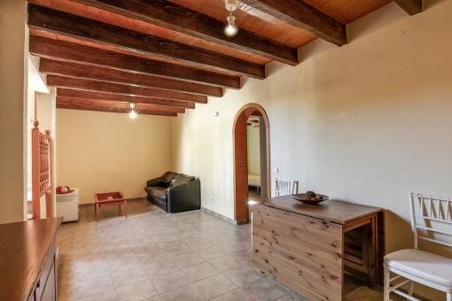 Weiterer Raum mit Holzdeckenbalken