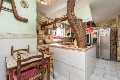 Rustikale Küche mit Steinwand