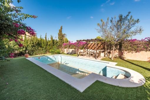 Garten mit Pool und Sonnenterrasse