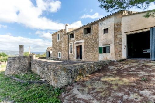 Alter mallorquinischer Landsitz in Selva mit mehreren renovierungsbedürftigen Gebäuden und einer tollen Aussicht