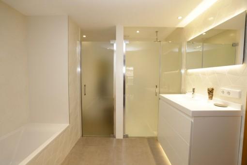 Luxuriöses Badezimmer mit separatem Duschbereich