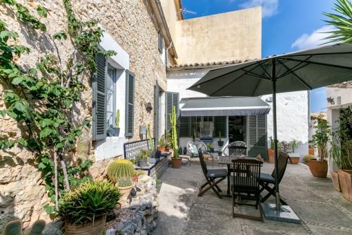 Renoviertes und gepflegtes Stadthaus in Selva mit Pool und Garten