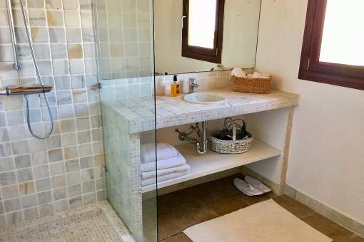 Zweites Badezimmer mit Dusche