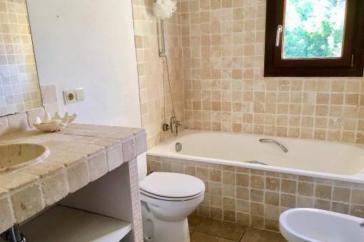 Rustikales Badezimmer mit Badewanne