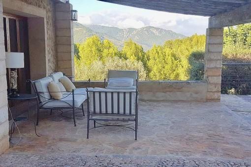 Gemütlicher Loungebereich auf der überdachten Terrasse