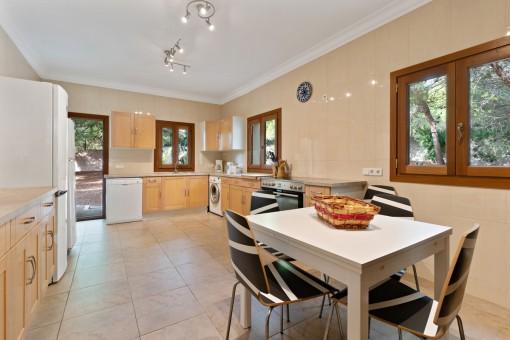 Große Küche mit Zugang nach Außen