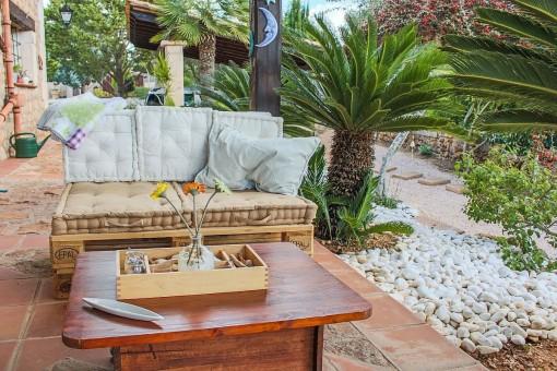 Loungebereich im Garten der Finca