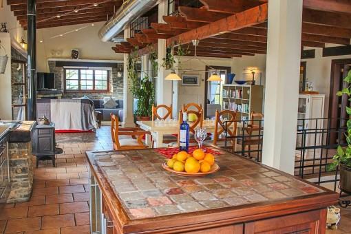 Blick von der Küche auf den offenen Wohn- und Essbereich