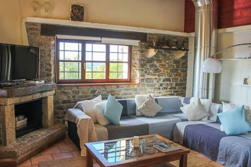 Gemütlicher Wohnbereich mit Kamin für kältere Tage