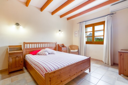 Helles Schlafzimmer mit Holzmöbeln