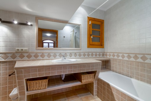 Wundervolles Badezimmer mit Badewanne