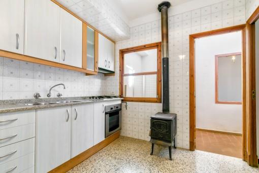 Voll ausgestattete Küche mit Kamin