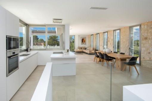 Offenes Raumkonzept mit Küche, Ess- und Wohnbereich