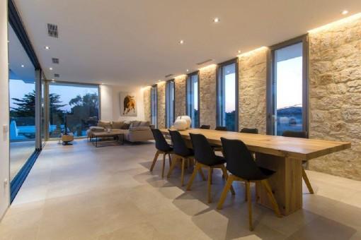 Großzügiger Wohn-/Essbereich mit bodentiefen Schiebefenstern